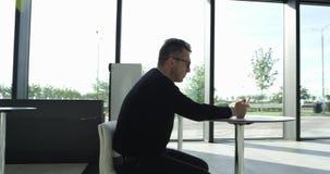 Mężczyzna używa smartrphone w kawiarni zdjęcie wideo