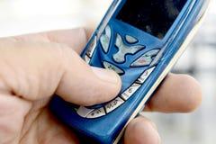 Mężczyzna używa starego telefon komórkowego, technologii pojęcie zdjęcie stock