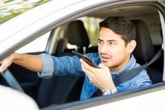Mężczyzna używa telefon komórkowego podczas gdy jadący zdjęcie royalty free