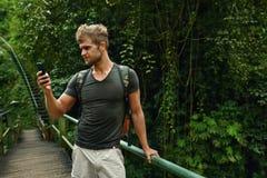 Mężczyzna Używa telefon komórkowego, Smartphone W naturze Podróż, turystyka Obraz Royalty Free