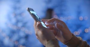 Mężczyzna używa telefon komórkowego w zima parku zdjęcie wideo