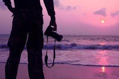Mężczyzna używają kamerę brać obrazki wschód słońca Obraz Royalty Free