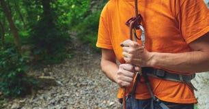 Mężczyzna ubezpieczy arywisty przez belay przyrządu Fotografia Stock