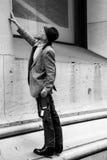 Mężczyzna, ubierać staromodny, sprawdza breanch w budynku w Wall Street Zdjęcia Stock