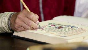 Mężczyzna ubierał w xix wiek odzieżowym writing w książkę zbiory wideo