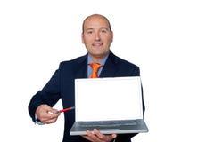 Kierownik Odizolowywający na Białym tle Wskazującym z pióro laptopem M Fotografia Royalty Free