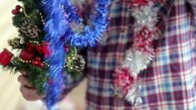 Mężczyzna ubiera pięknej małej rozjarzonej choinki zbiory