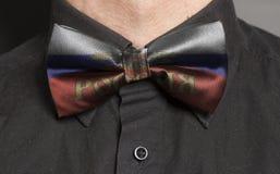 Mężczyzna Ubierająca Czarna koszula Z łęku krawatem z rosjanin flaga zdjęcie royalty free