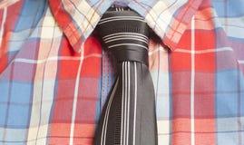 Mężczyzna Ubierająca W kratkę koszula Z czarnym krawatem obraz stock