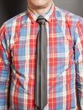 Mężczyzna Ubierająca W kratkę koszula Z czarnym krawatem zdjęcie royalty free