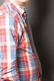 Mężczyzna Ubierająca W kratkę koszula Z czarnym krawatem Na szarość zdjęcie royalty free