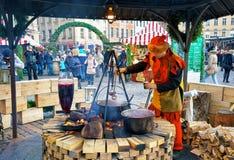 Mężczyzna ubierający jako elf słuzyć jedzenie przy Ryskim boże narodzenie rynkiem Zdjęcie Stock