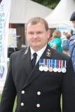 Mężczyzna ubierający up w mundurze Obrazy Royalty Free