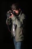 Mężczyzna ubierający w khakiej kurtce bierze obrazek z bliska Czarny tło Obraz Royalty Free