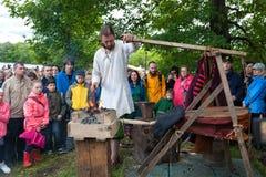 Mężczyzna uczy blacksmithing umiejętność Zdjęcia Royalty Free