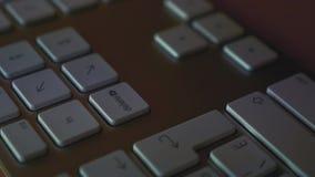 Mężczyzna uderza deleatur klucz na klawiaturze zbiory