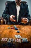 Mężczyzna, układy scaleni dla gamblings, napój i karta do gry, Zdjęcia Stock
