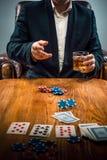 Mężczyzna, układy scaleni dla gamblings, napój i karta do gry, Zdjęcie Stock
