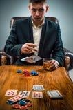 Mężczyzna, układy scaleni dla gamblings, napój i karta do gry, Fotografia Stock