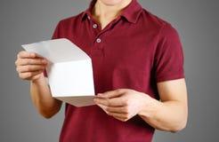 Mężczyzna ulotki czytelnicza pusta biała broszurka Czytająca szczegółowa broszura Zdjęcie Royalty Free