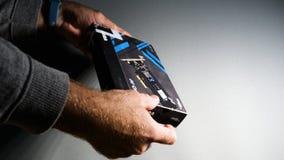 Mężczyzna unboxing Toshiba OCZ Technology rd400 Obraz Stock