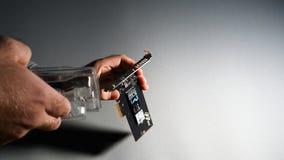Mężczyzna unboxing Toshiba OCZ Technology rd400 Obraz Royalty Free