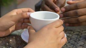 Mężczyzna uncertainly muska kobiet ręki, spotyka w kawiarni, pierwszy miłość, zbliżenie zdjęcie wideo