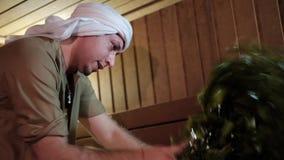 Mężczyzna unosi się dziewczyny w Rosyjskim skąpaniu zbiory