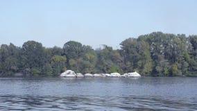 Mężczyzna unosi się na gumowej łodzi na rzece zbiory