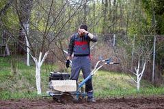 Mężczyzna uprawia ziemię Zdjęcia Stock