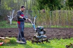 Mężczyzna uprawia ziemię Fotografia Royalty Free