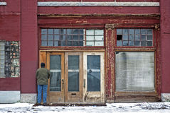 Mężczyzna Urinating w drzwi Fotografia Stock