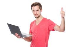 Mężczyzna use laptop i kciuk up Zdjęcia Stock