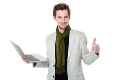 Mężczyzna use laptop i kciuk up Obraz Royalty Free