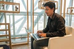Mężczyzna use laptop w lotniskowym holu Zdjęcia Royalty Free
