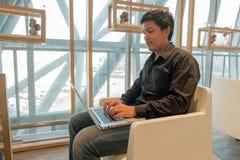 Mężczyzna use laptop w lotniskowym holu Obraz Stock