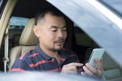 Mężczyzna use telefon komórkowy w samochodzie zdjęcia royalty free