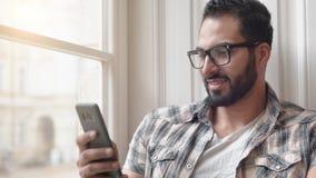 Mężczyzna uses dzwonią blisko okno zdjęcie wideo