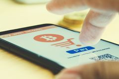 Mężczyzna uses telefonu mądrze wynagrodzenie z bitcoin Obrazy Stock