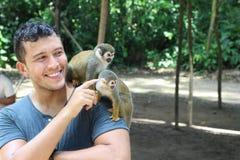 Mężczyzna ustanawia kontakt z dzikimi małpami obrazy stock