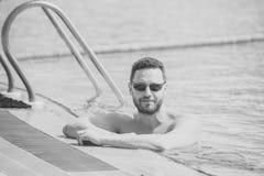 Mężczyzna uzdrawiają ciało opiekę Chłopiec pływaczka z uśmiechem na brodatej twarzy w pływackim basenie zdjęcie stock