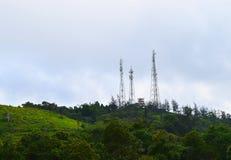 Mężczyzna versus natura - telekomunikacja i transmitowanie Górujemy na górze Zielonych wzgórzy zdjęcie stock