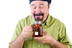 Mężczyzna wącha aromatyczną filiżankę ziołowa herbata Fotografia Stock