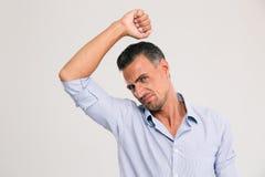 Mężczyzna wącha obwąchujący jego pachę Fotografia Stock