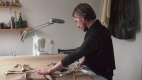 Mężczyzna władcy odzieży wzoru na stole w warsztacie krawiecka miara zbiory