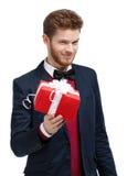 Mężczyzna w łęku krawacie oferuje teraźniejszość Obraz Stock