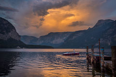 Mężczyzna w łodzi na jeziorze na zmierzchu w Austria Obrazy Stock