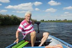 Mężczyzna w łodzi przy rzeką Zdjęcie Royalty Free