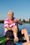 Mężczyzna w łodzi przy rzeką Zdjęcia Royalty Free