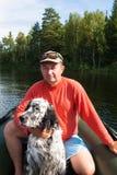 Mężczyzna w łodzi z legartem Brzeg Tagasuk jezioro zdjęcia royalty free